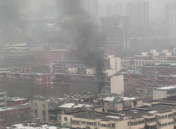 郑州华都酒店疑似后厨着火 现场浓烟滚滚