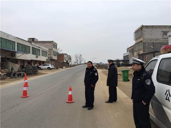新野王庄派出所联合交警队开展农村道路交通安全整治行动