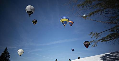 瑞士:萨特尔举办热气球节 吸引众多游客