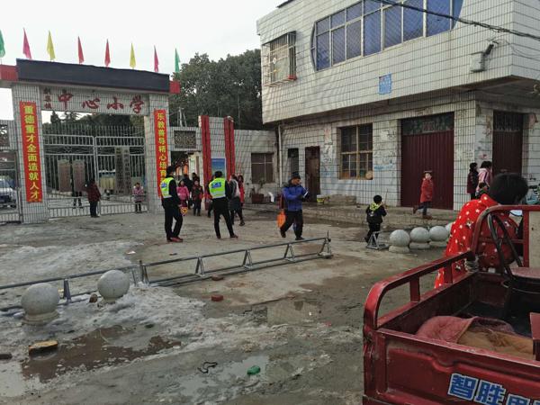 邓州:刘集派出所热心服务群众积极疏导交通