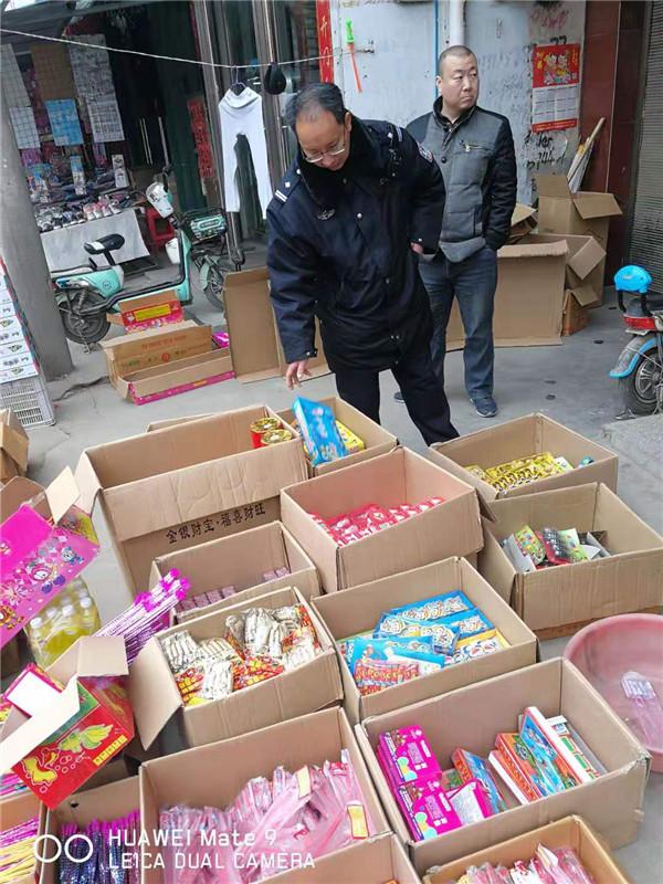 新野:违规储存买卖烟花爆竹被公安依法查扣