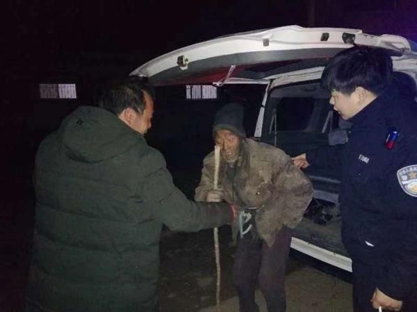 南召:元宵节晚上又一老人走失 民警及时救助