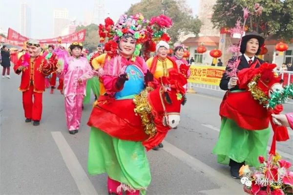 邓州:胜利派出所圆满完成元宵节民俗踩街活动安保任务