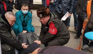 谨防意外!郑州一八旬老人昏倒街头 巡防队员及时救助