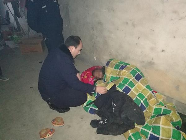 南召:男子醉酒带孩子以地当床夜宿他家门口 民警深夜救助保平安