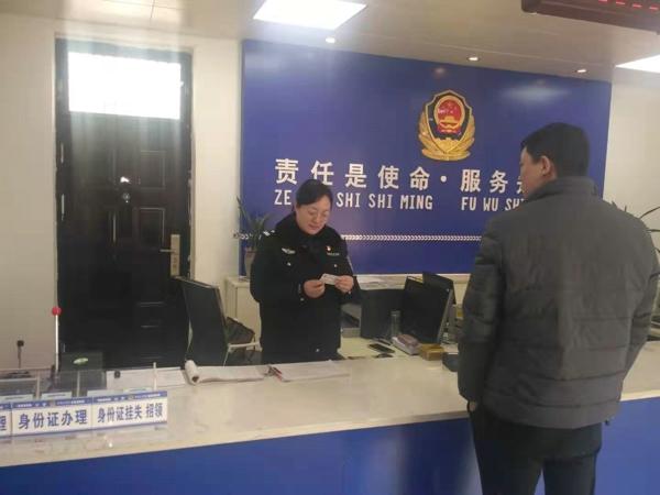 邓州胜利派出所户籍室节假日期间坚持开展为民服务