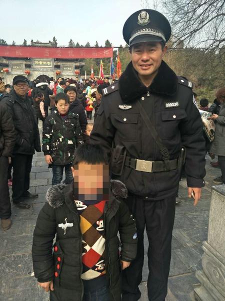 邓州:前进派出所在执勤现场帮6个家庭找到挤散的老人及走失的小孩