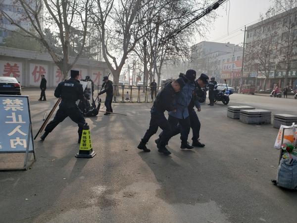 邓州市巡特警大队在师范学校开展反暴恐演练