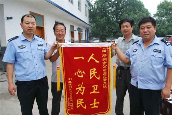 """邓州""""编外雷锋团""""交警营:完善便民服务 提高群众满意度"""