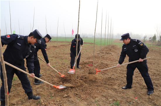 内乡公安民警义务植树 共建青山绿水