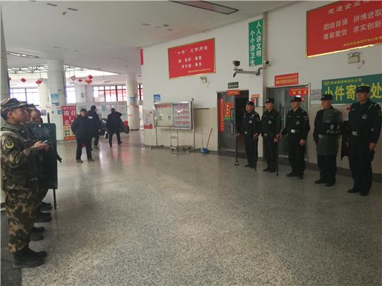 """南召:特警武警联勤巡逻  确保""""两会""""期间社会治安稳定"""