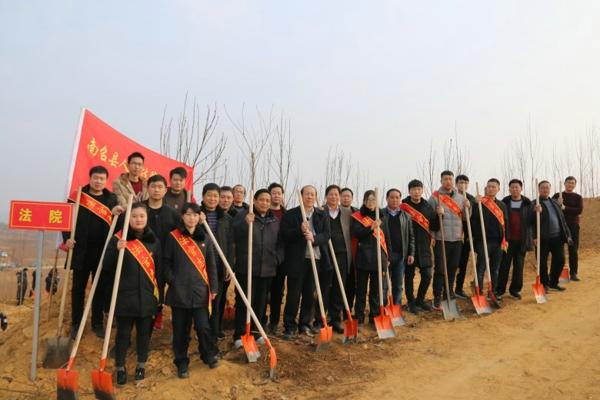"""南召县法院:义务植树""""添新绿"""""""