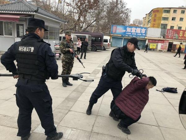 邓州市公安局巡特警大队与武警中队开展反恐防暴应急处置演习