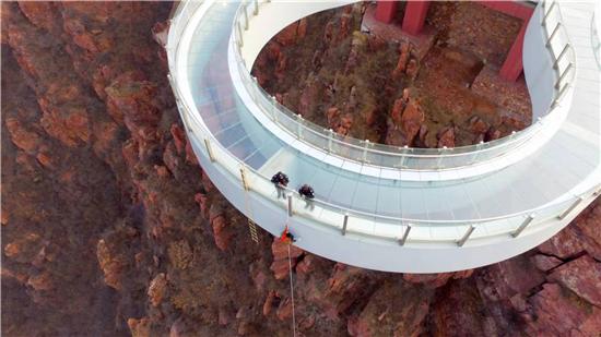 """""""蜘蛛人""""清洗伏羲山高空玻璃环廊 离峡谷300多米步步惊心"""
