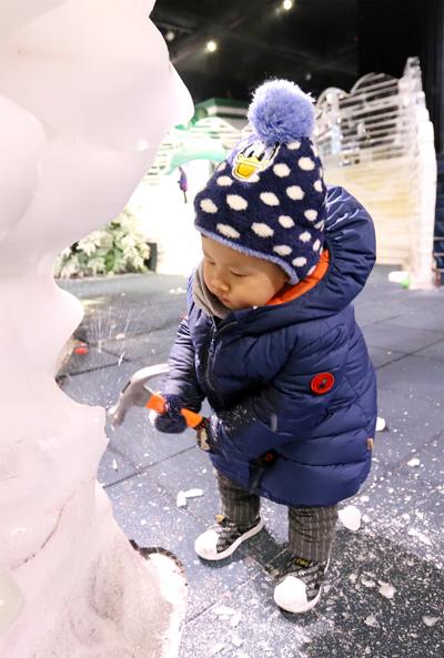 郑州冰雪城堡主题改造 交警美女萌娃齐上阵砸冰解压