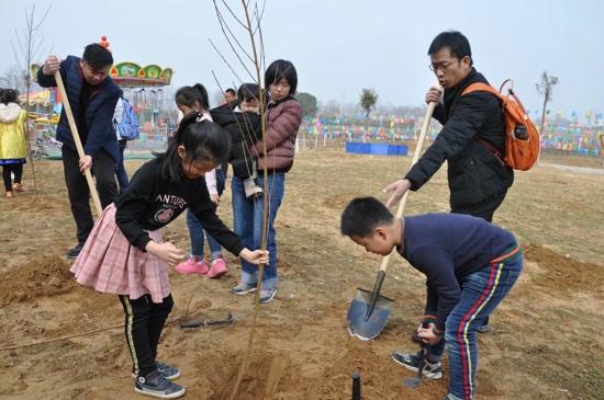 """""""三月春暖花香,我与小树共成长""""小记者在行动——卡乐童话小镇植树系列报道之一"""