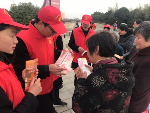 """邓州农商银行积极开展""""心手相牵爱在三月""""学雷锋主题活动"""