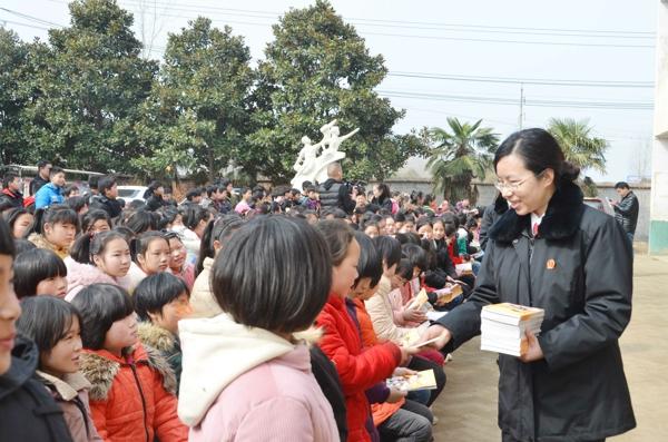 新野法院学雷锋法治进校园志愿者活动圆满完成