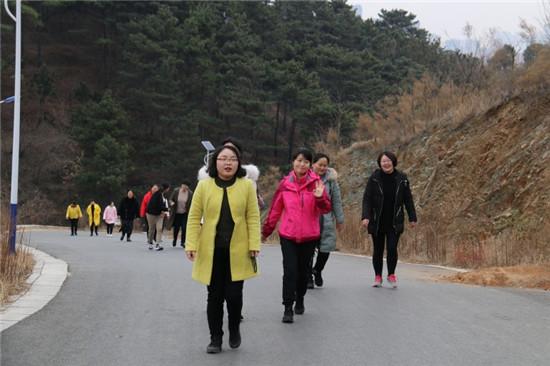 """南召法院开展庆""""三八妇女节""""登山活动"""
