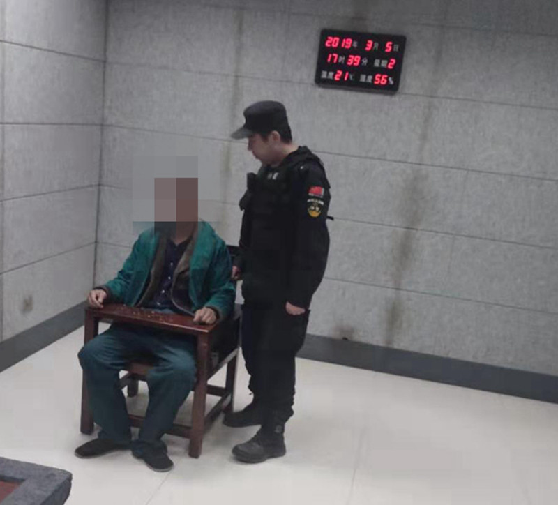 社旗:男子遇检查 强行抢驾照