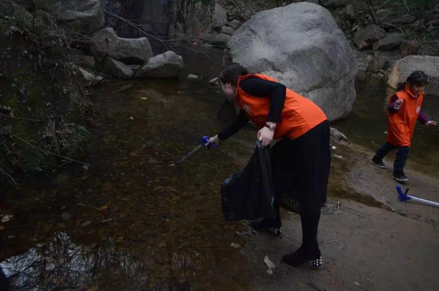 """保护环境 你我同行 灵山风景区组织开展""""捡拾垃圾 清洁家园""""学雷锋志愿服务活动"""