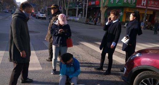 注意安全!郑州一女子骑电动车在快车道上逆行 与轿车相撞受伤