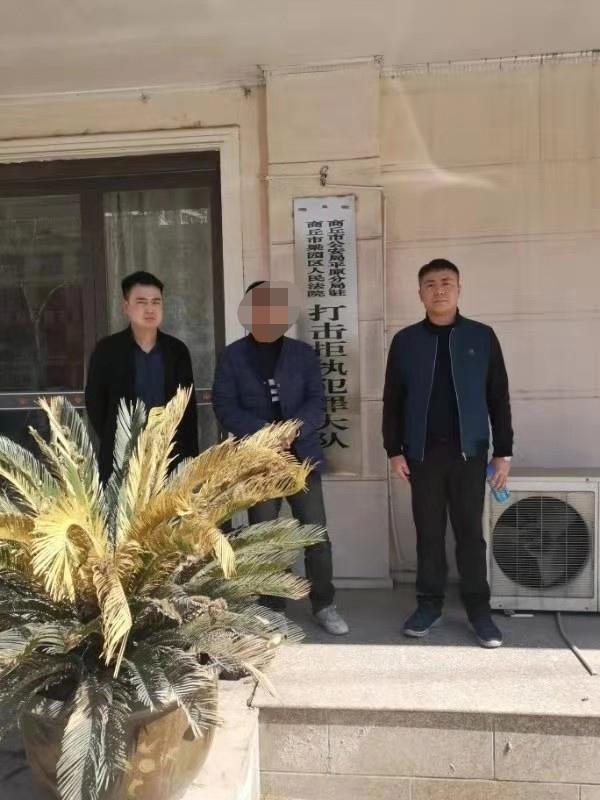 """河南商丘:欠款50多万 """"老赖""""在火车站被抓"""