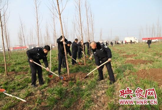 汝南县公安局参加义务植树活动