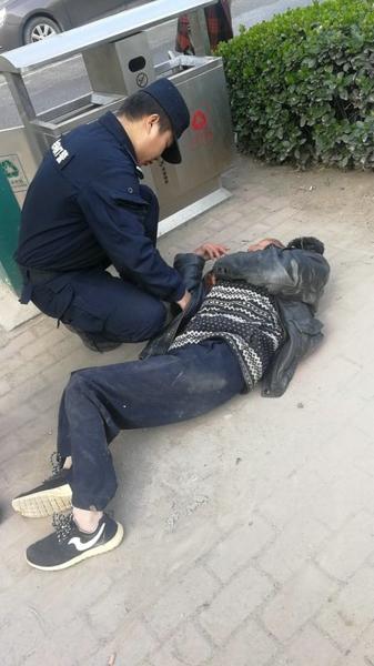 邓州:老人醉卧街头 特警送其回家