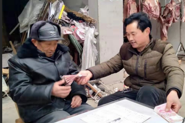 内乡县岞曲镇红庙村胡云功: 待到山花烂漫时他带群众笑