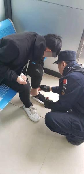 邓州:特警队员及时救助一名骑车摔倒男孩
