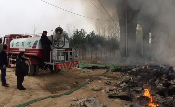 惊!郑州花园路与连霍高速立交桥下起火 或因有人扔烟头