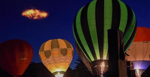 热气球交响发光秀上演 怀卡托热气球节进入高潮