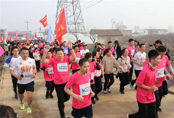 西华县举办第15届桃花节 2500人马拉松开跑