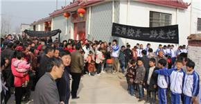郸城一乡村小学校长去世 数千人含泪送行