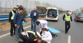 夫妻高速上吵架 妻子跑至超车道寻死被撞伤
