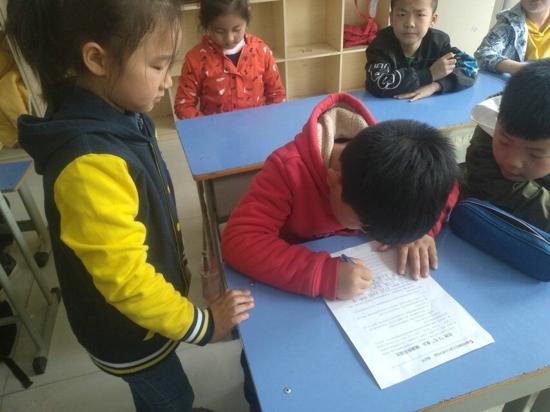 """郑州五龙口小学开展""""拒绝5毛食品  健康快乐成长 """"宣传活动"""