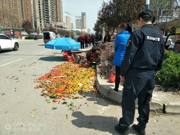 遭遇车祸水果散落一地 邓州特警疏通绿色通道