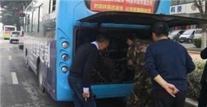 网传汝州一公交车闹市着火 回应:排气管冒火 故障已排除
