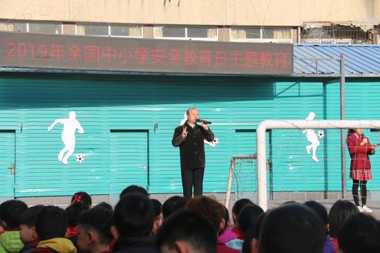 """郑州市中原区建三小学举行""""全国中小学生安全教育日"""" 主题升旗仪式"""
