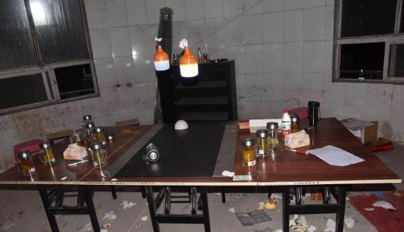 """自带桌椅、灯具在郑州一废弃仓库赌博 这群人够""""下本""""!"""