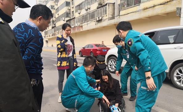 """为躲避""""逆行""""垃圾车 郑州一女子被电动车撞伤"""