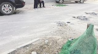 """郑州:有坑难填""""晴天一嘴土"""" 部分路段有改观但仍问题多多"""