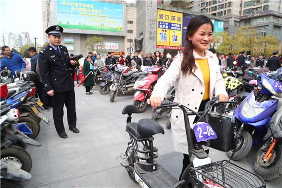 """郑州嵩山路分局连端盗改销电动车""""窝点""""  上百辆车寻失主"""