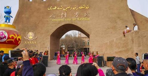 气温回升 南疆旅游正当时