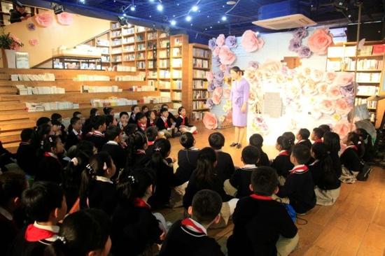 """换一间""""教室""""读书 ——郑州市经三路小学开展世界图书日活动"""
