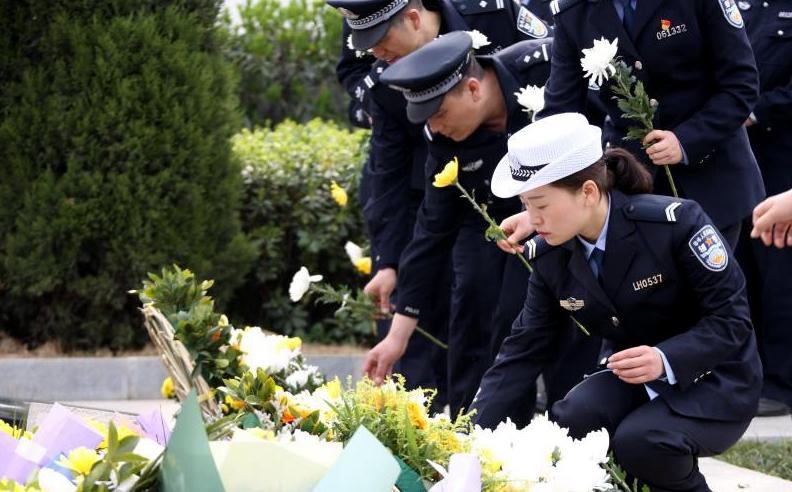河南:公安英烈墓前 缅怀战友重温入警誓词