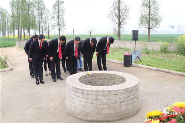 邓州法院祭扫烈士井 缅怀红军烈士