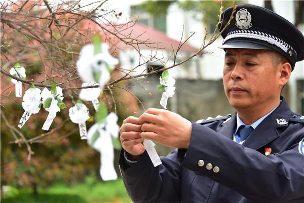 邓州市公安局组织开展清明扫墓纪念英烈活动