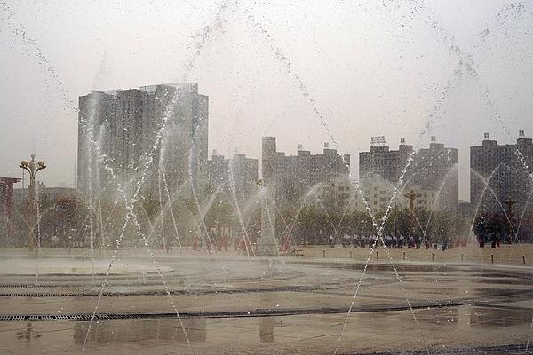 幸福家园:十里海棠,三河绕城,广场上西平人的健康主题生活